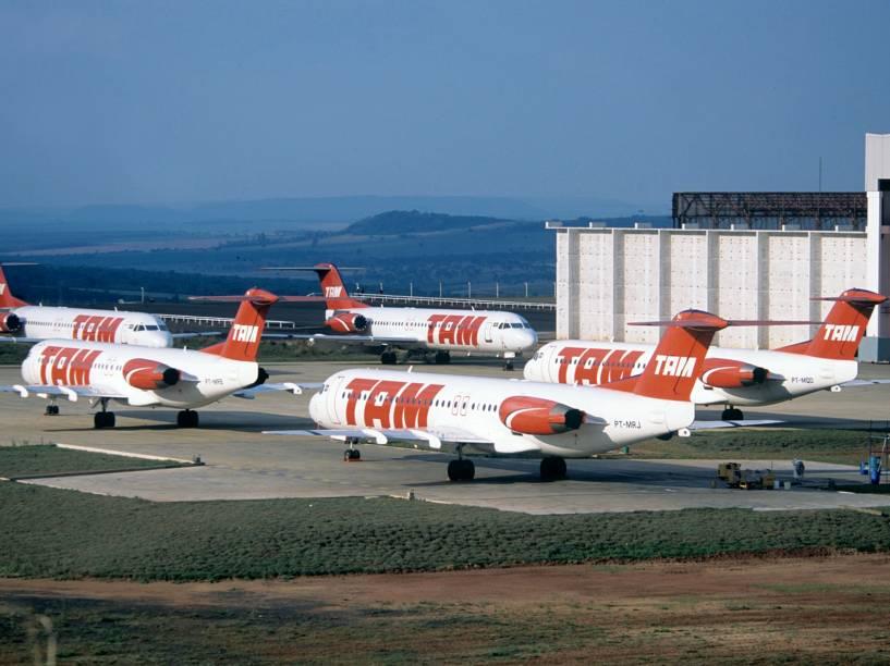 Aeronaves Fokker 100 no pátio da TAM