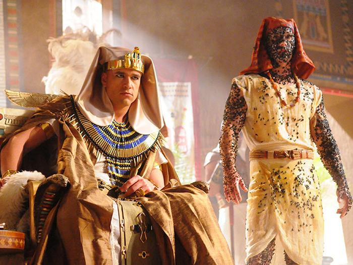 <p>Faraó Ramsés II (Sérgio Marone) besunta servo de doce para ficar livre das moscas, na quarta praga do Egito, em Os Dez Mandamentos</p>