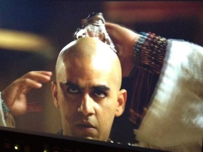 <p>O ator Renato Livera contracena com rã durante as pragas do Egito, em Os Dez Mandamentos</p>