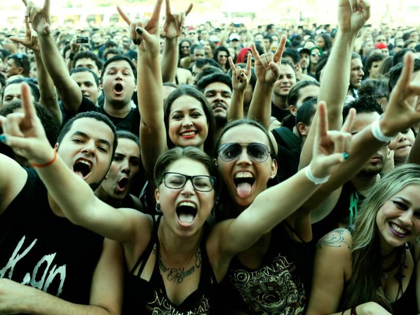Preto predomina nas roupas da multidão durante o dia do metal, o segundo dia do Rock in Rio 2015
