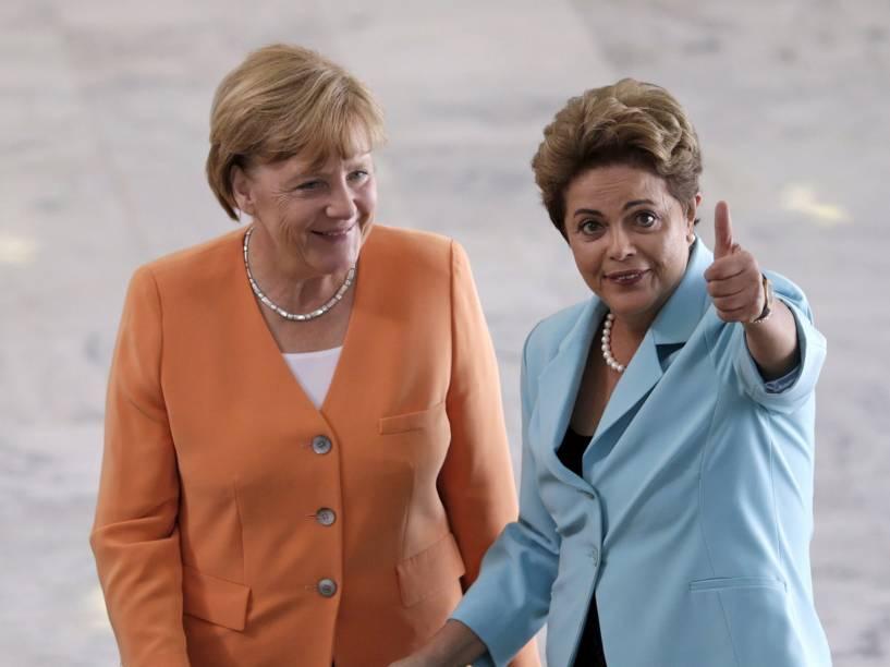 A presidente Dilma Rousseff e a chanceler alemã Angela Merkel em encontro em frente ao Palácio do Planalto, em Brasília