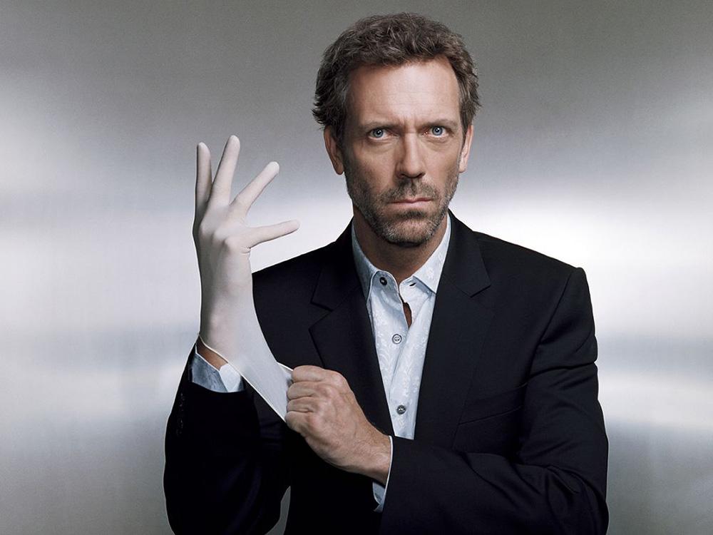Gregory House, interpretado pelo ator Hugh Laurie, é um médico sarcástico e bastante criativo para fazer diagnósticos e curar doenças na série americana de televisão