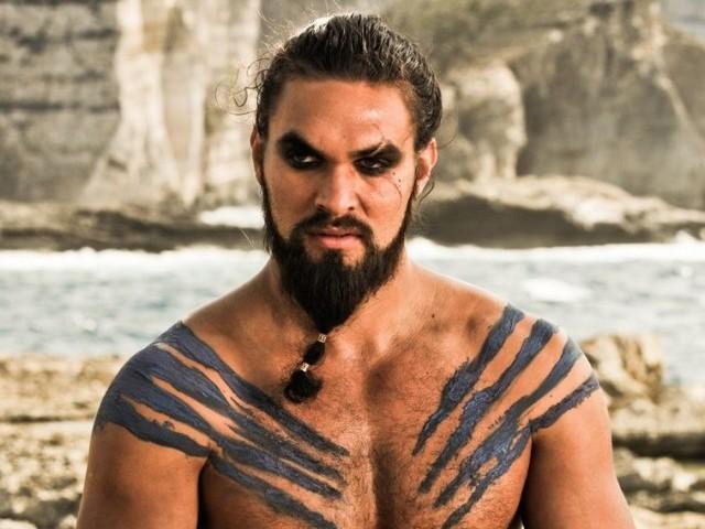 Jason Momoa no papel de Khal Drogo na série Game of Thrones
