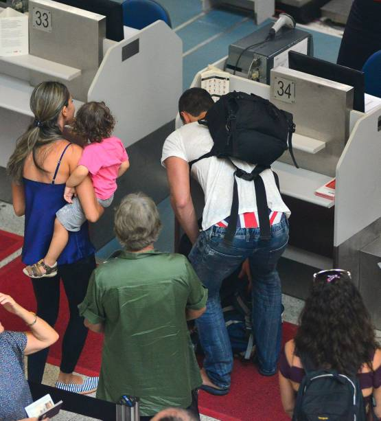 Carmo Dalla Vecchia deixa a cueca aparecer em aeroporto