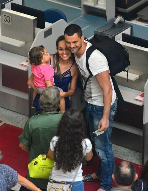 Carmo Dalla Vecchia posa com fãs no aeroporto Santos Dumont