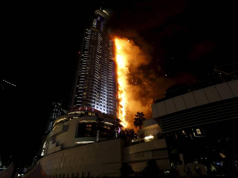 Hotel de luxo pega fogo no centro da cidade de Dubai, nos Emirados Árabes