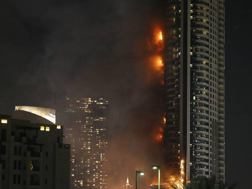 Hotel de luxo pega fogo no centro da cidade de Dubai, nos Emirados Árabes. O hotel fica ao lado do maior prédio do mundo, onde ocorre uma queima de fogos durante a noite do ano novo