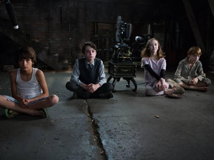 Dylan (Robert Daniel Sloan) assiste aos filmes de assassinato com as crianças de Bagul, Milo (Lucas Jade Zuman), Ted (Jaden Klein) e Emma (Laila Haley)