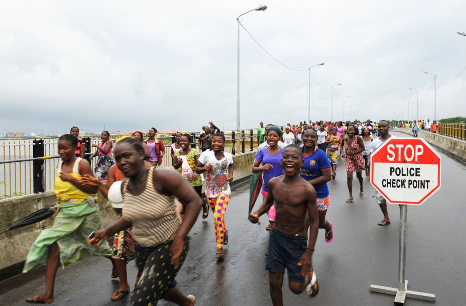 Residentes do bairro de West Point, na cidade de Monrovia,celebram liberdade da quarentena do vírus Ebola dada pelo governo liberiano - 30/08/2014