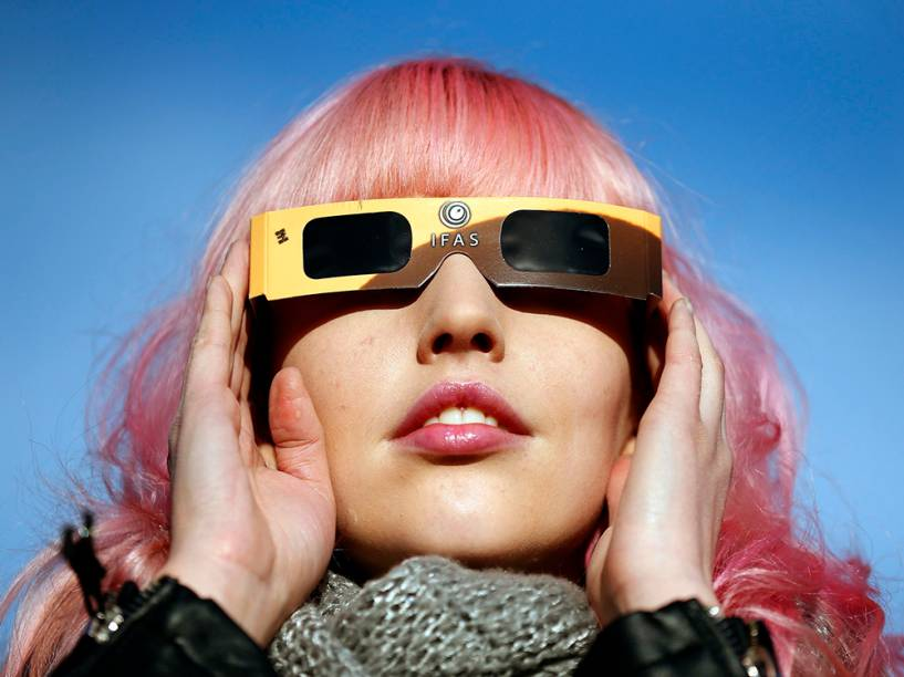 <p>Mulher observa eclipse em Belfast, no Reino Unido</p>