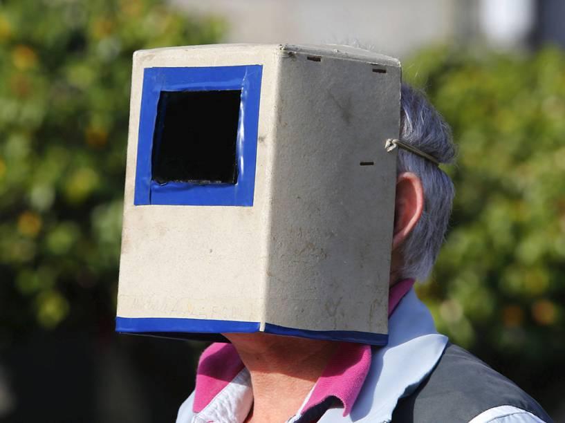 <p>Homem observa eclipse solar em Pontevedra, na Espanha</p>
