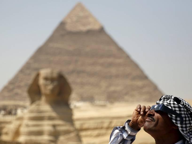 <p>No Cairo, homem observa eclipse solar</p>