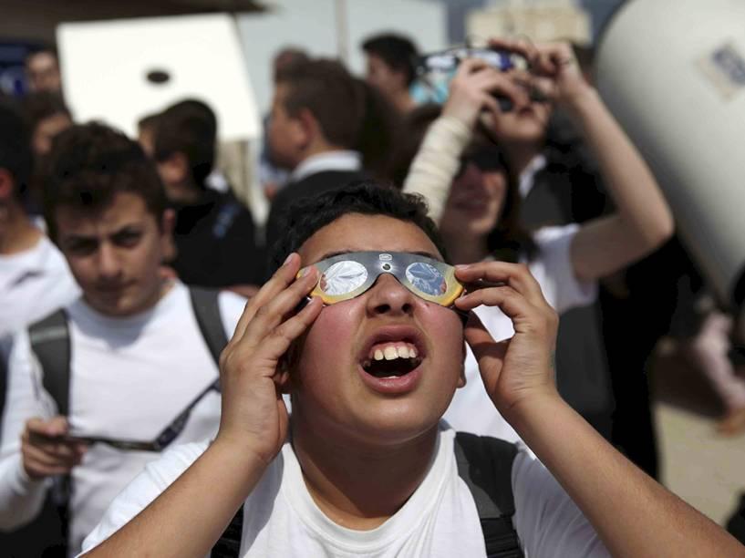 <p>Garoto observa eclipse em Nicosia, no Ciprus</p>