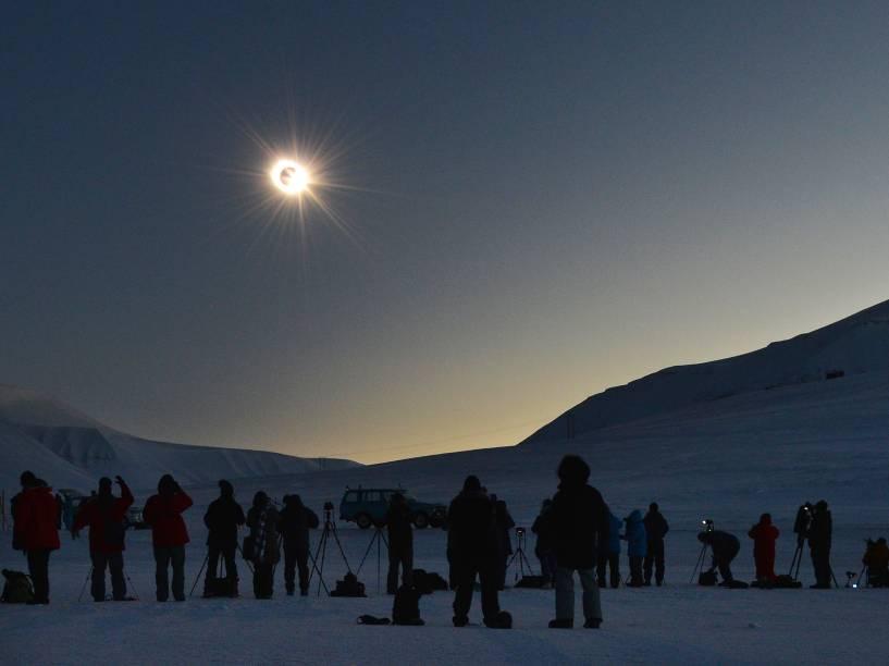 <p>Pessoas assistem ao Eclipse Solar</p>