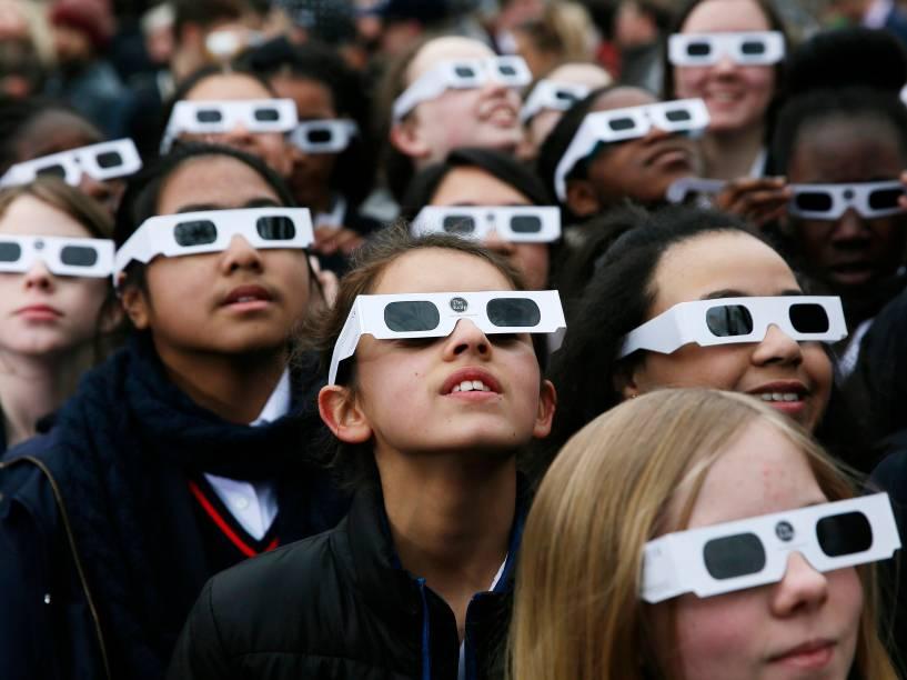 <p>Crianças usam óculos para acompanhar o eclipse solar no Observatório Real de greenwich, em Londres </p>