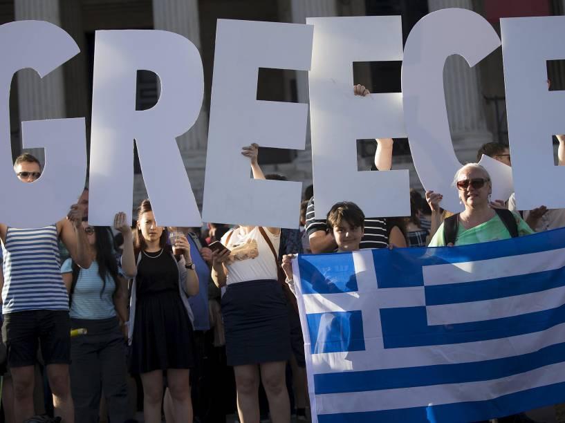 Multidão protesta em frente ao Parlamento grego, nesta segunda-feira (29)