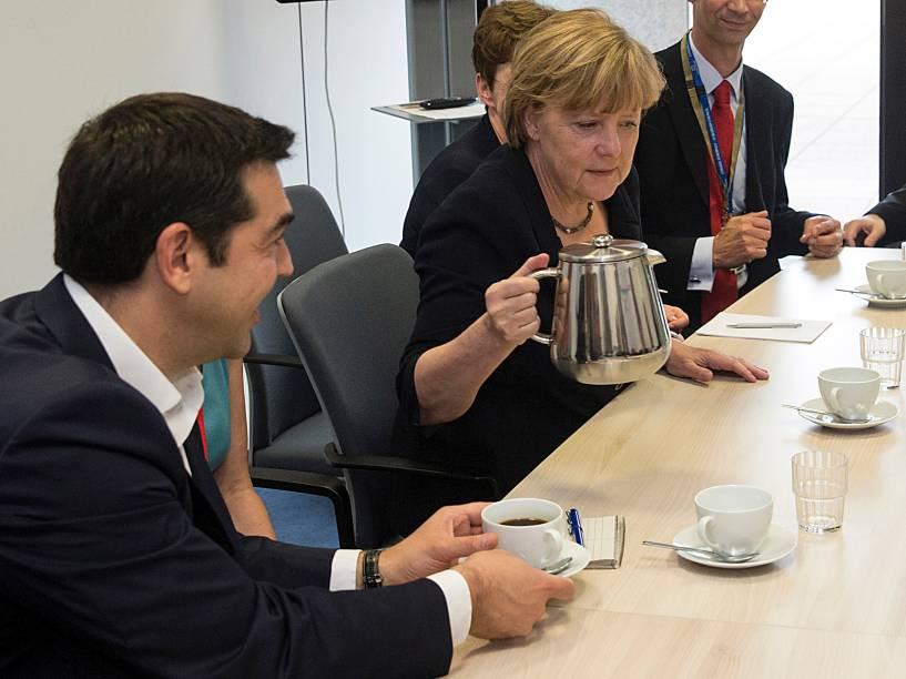 O primeiro-ministro grego Alexis Tsipras e a chanceler alemã, Angela Merkel se reúnem na sede da União Europeia em Bruxelas, na Bélgica - 07/07/2015