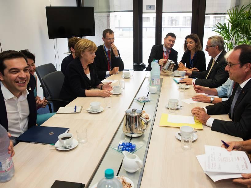 O primeiro-ministro grego Alexis Tsipras e a chanceler alemã, Angela Merkel se reúnem com os demais líderes do continente na sede da União Europeia em Bruxelas, na Bélgica - 07/07/2015