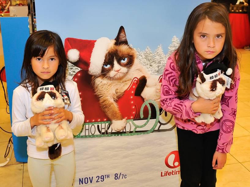 <p>Fãs seguram pelúcia da gata mal humorada Grumpy Cat durante evento em São Francisco, nos Estados Unidos</p>