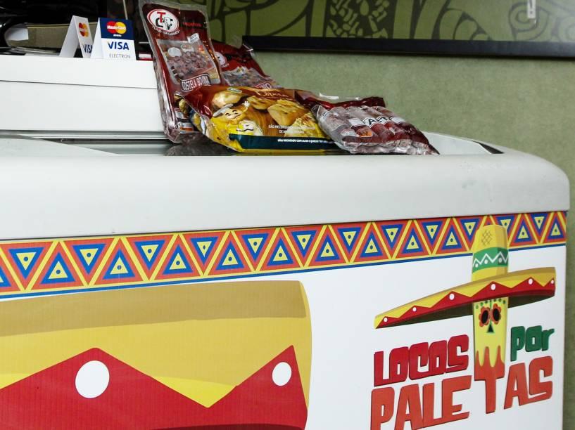 Espetinhos tomam lugar de sorvetes no refrigerador de paleteria