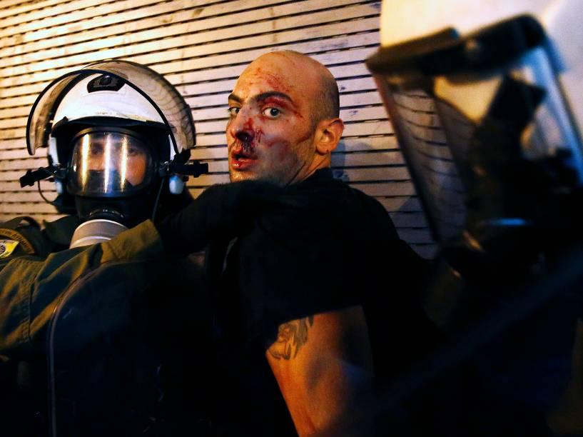 Manifestante é preso pela polícia de choque depois dos confrontos em Atenas, na Grécia - 15/07/2015