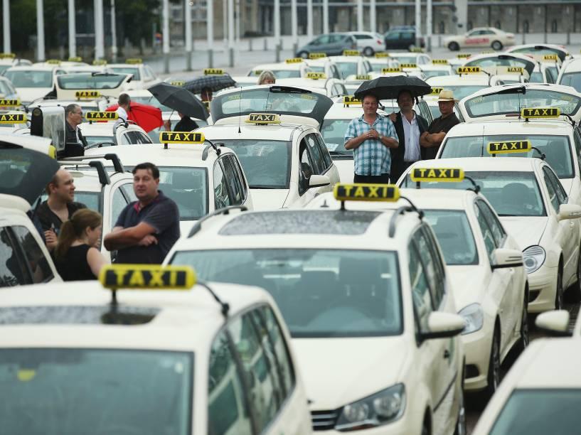 Taxistas se reúnem nos arredores do Estádio Olímpico de Berlim para protestar contra os aplicativos de compartilhamento de passeio, na Alemanha - 11/06/2014