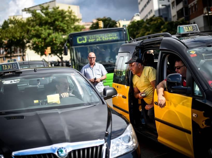 Taxistas discutem com outro que estava trabalhando durante uma greve de 24 horas contra o aplicativo Uber em Barcelona - 01/07/2014