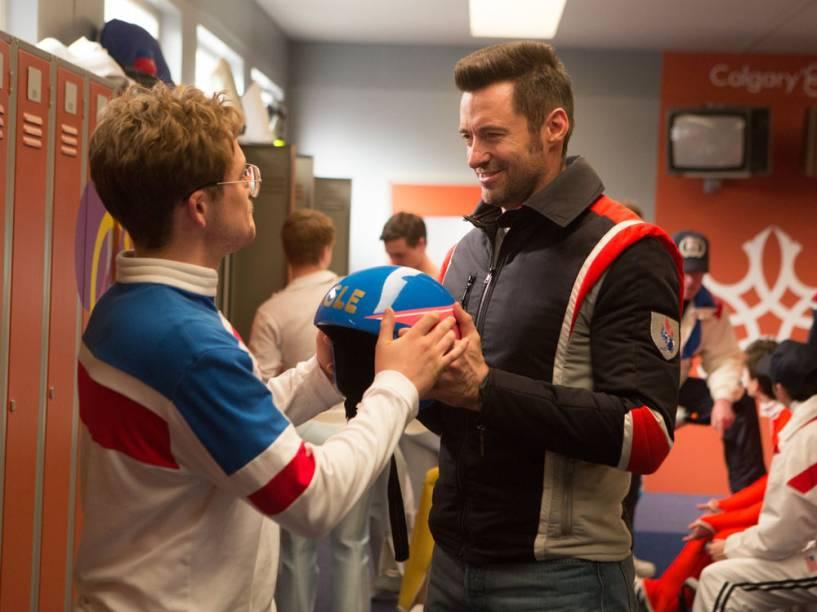Hugh Jackman e Taron Egerton em cena de 'Voando Alto', inspirado na história do esquiador britânico Eddie Edwards