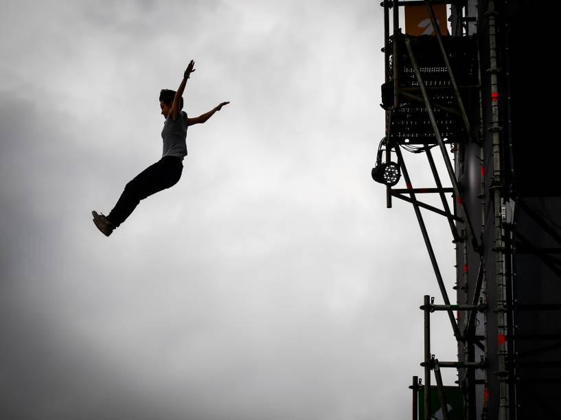 Público se diverte, no segundo dia do Festival Lollapalooza, saltando em uma cama-elástica gigante