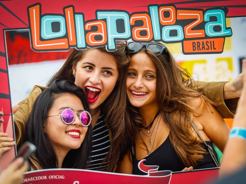 Público aproveita os intervalos entre shows no segundo dia do Festival Lollapalooza 2016