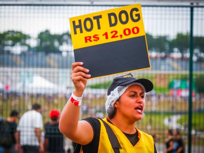 Mulher vende cachorro-quente no segundo dia do Festival Lollapalooza 2016