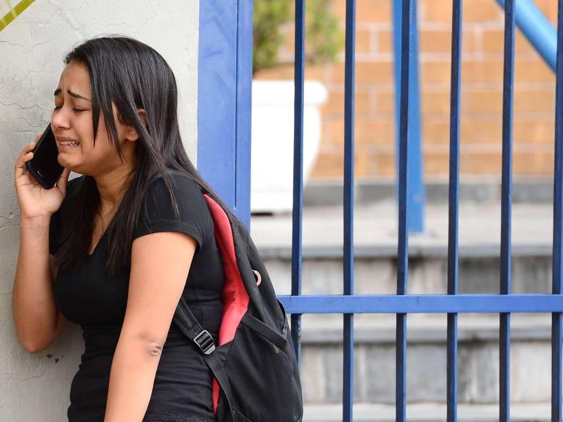 Candidata chora ao telefone após chegar atrasada e perder a prova do Enem em São Paulo