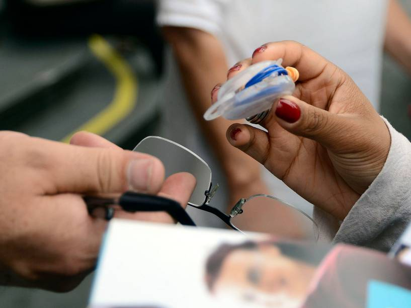 Candidato recebe protetor auricular para fazer a prova do Enem em São Paulo
