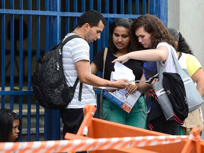 Movimentação em frente à universidade Estácio, em Interlagos, zona Sul de São Paulo no primeiro dia de provas do Enem 2014