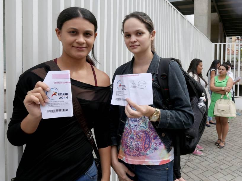 As candidatas Lindielma Clementina (à esq.) e Stella Souza chegam cedo para o primeiro dia de provas do Enem no Mackenzie, em São Paulo