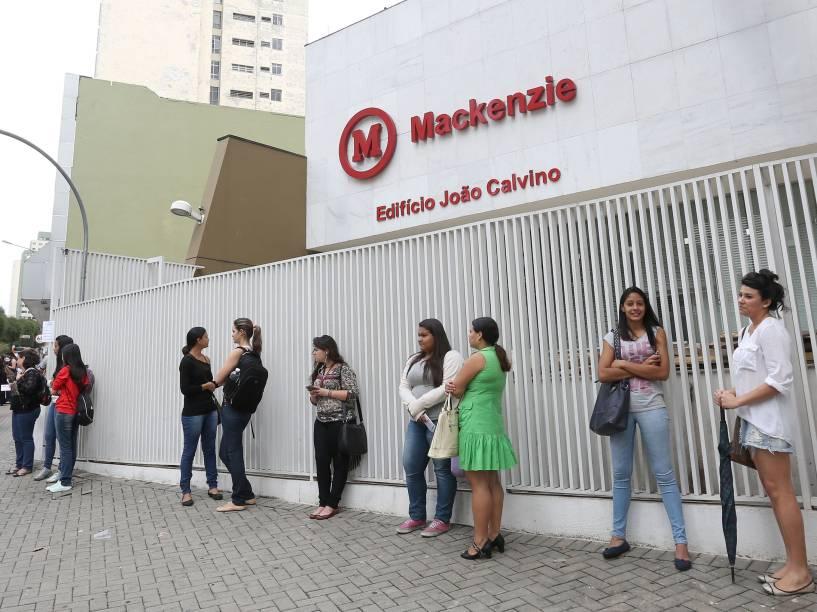 Primeiros candidatos chegam para o primeiro dia de provas do Enem no Mackenzie em São Paulo