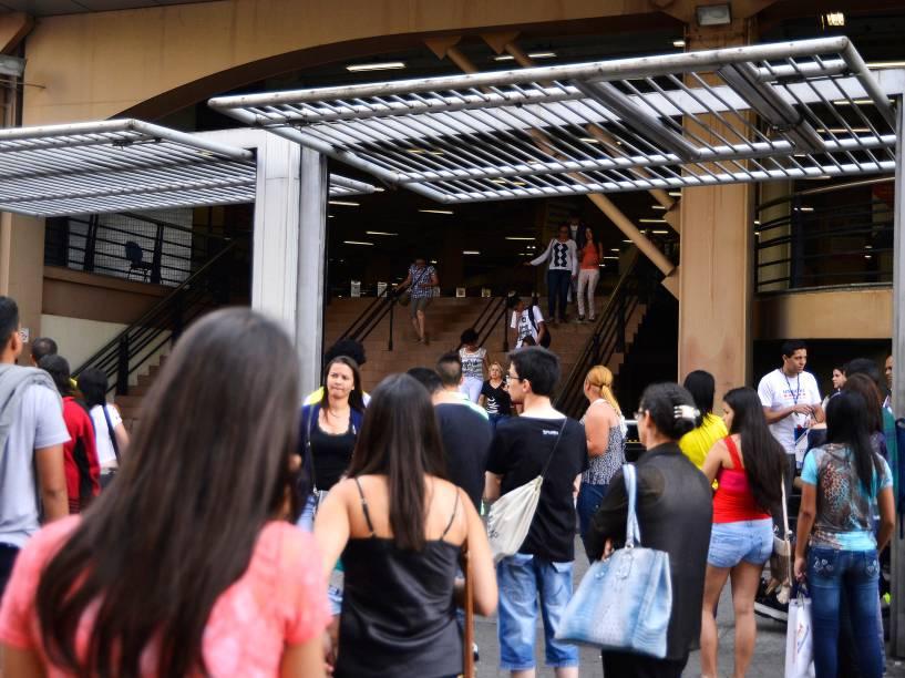 Candidatos deixam o local de prova no campus da Uninove na Barra Funda durante o segundo dia do Enem em São Paulo