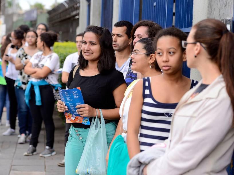 Movimentação em frente à universidade Estácio, em Interlagos, zona Sul de São Paulo antes do início das provas no primeiro dia do Enem 2014