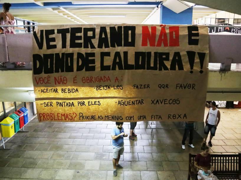 Faixa alerta calouros sobre exagero nos trotes praticados por veteranos na Faculdade de Filosofia, Letras e Ciências Humanas (FFLCH) da Universidade de São Paulo (USP), na Cidade Universitária, em São Paulo  - 11/02/2015