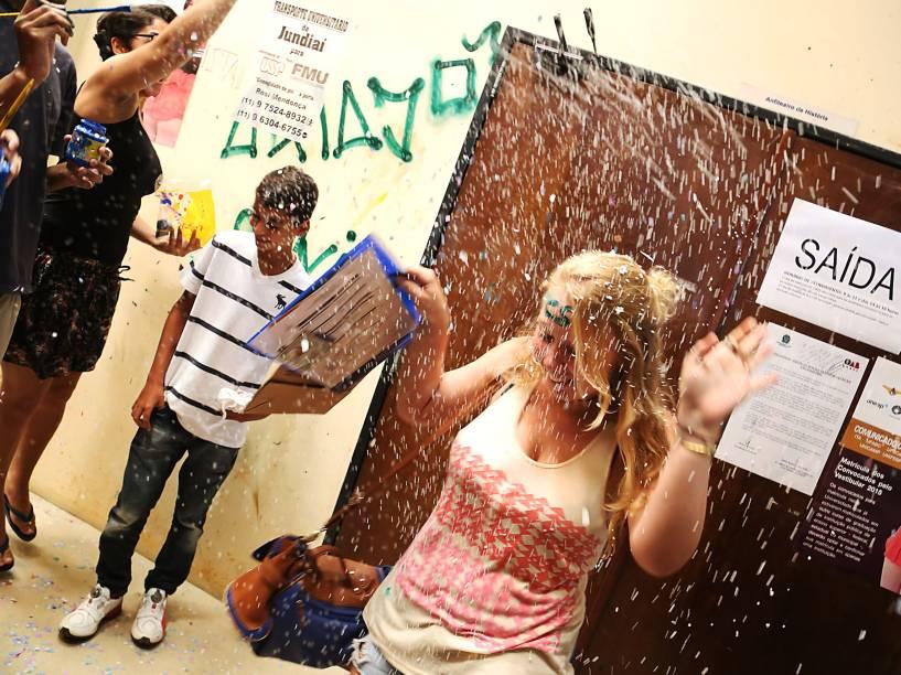 Alunos da Faculdade de Filosofia, Letras e Ciências Humanas (FFLCH) da Universidade de São Paulo (USP), fazem trote com calouros na Cidade Universitária, em São Paulo - 11/02/2015