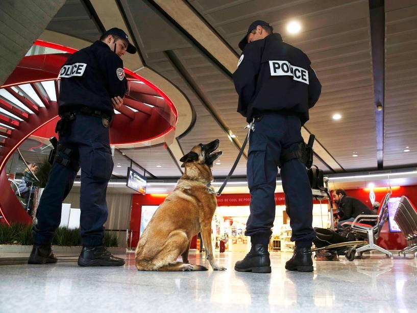 Soldados e policiais franceses patrulham o aeroporto Charles de Gaulle, em Paris, de onde partiu o avião da EgyptAir- 19/05/2016