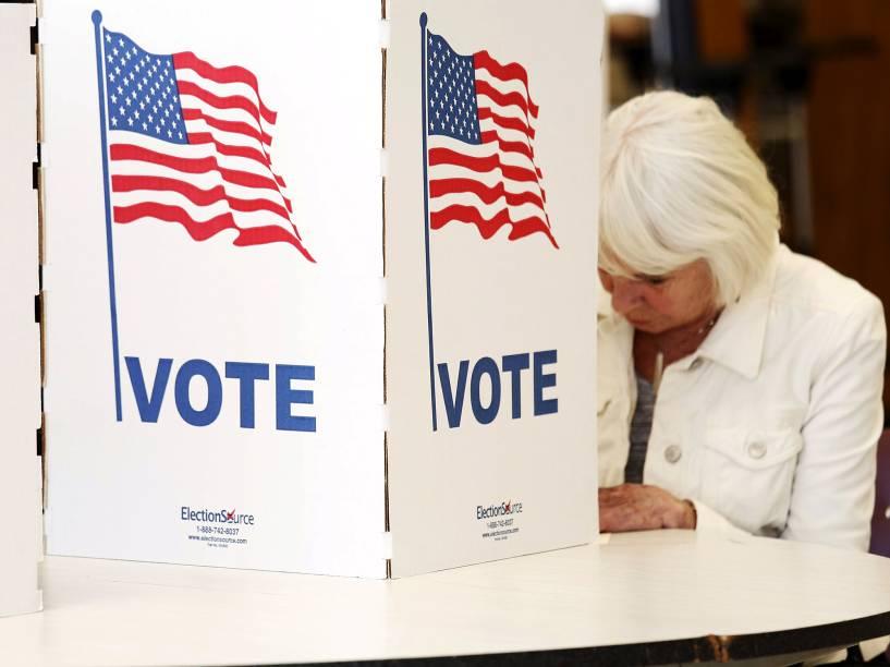 """Eleitora durante a votações da """"Super Terça"""", a etapa mais importante do processo de eleições primárias nos Estados Unidos"""