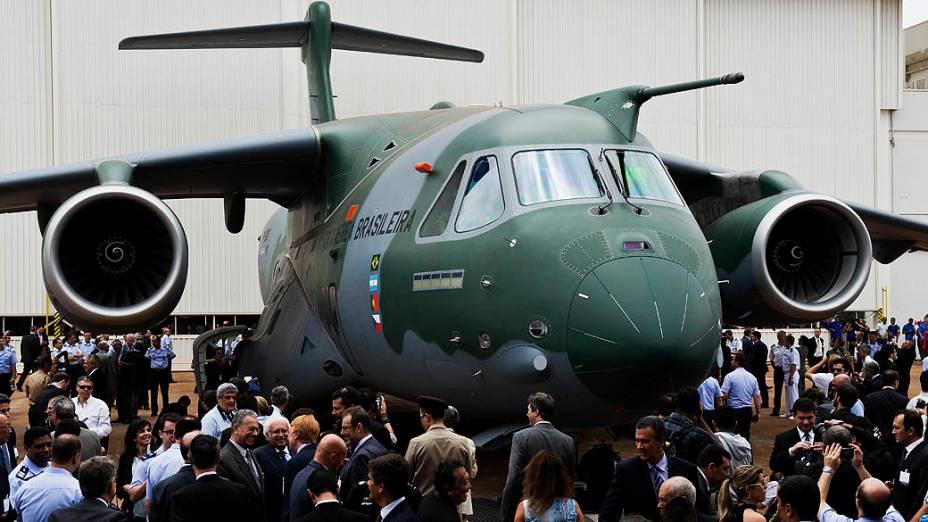Embraer apresentou nesta terça-feira(21), o primeiro protótipo do cargueiro KC-390. Maior aeronave desenvolvida e produzida no Brasil é resultado de um acordo de US$ 2 bilhões com a Força Aérea Brasileira (FAB)