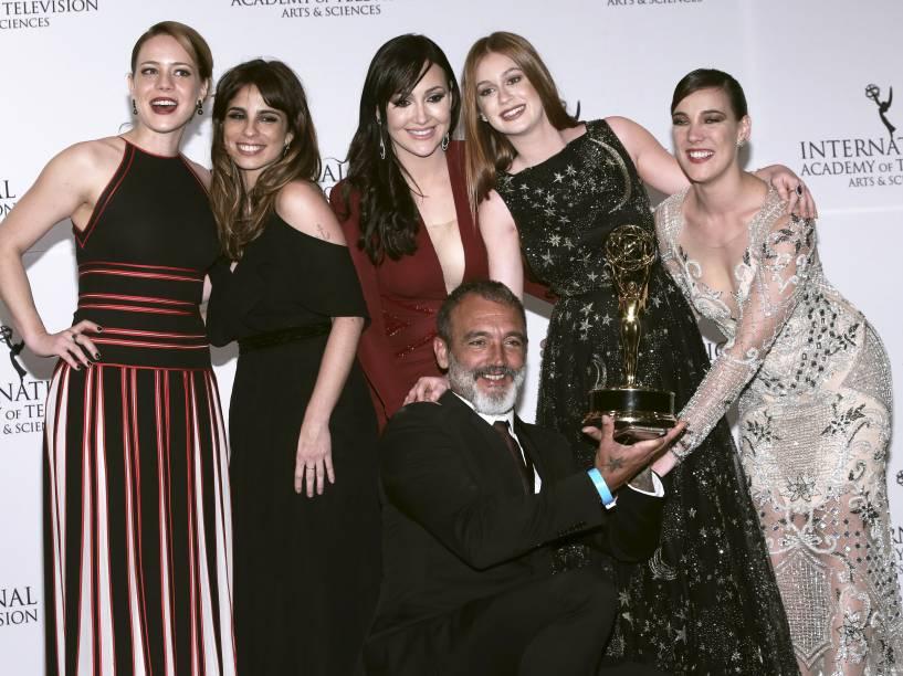 Leandra Leal, Maria Ribeiro, Josie Pessôa, Marina Ruy Barbosa e Adriana Birolli com Rogerio Gomes recebem o Emmy de melhor novela por Império