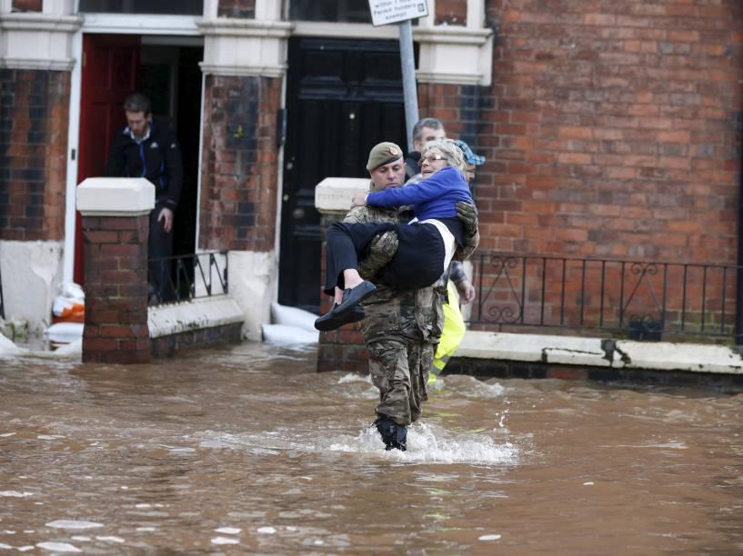 Equipes de resgate ajudam moradores locais durante inundações causadas por fortes chuvas na área de Warwick Road de Carlisle, Grã-Bretanha