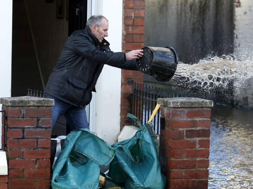 Milhares de casas foram danificadas após inundações em Carlisle, Grã-Bretanha