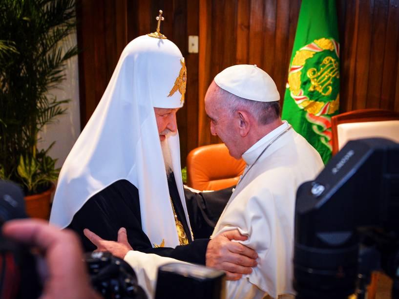 Papa Francisco, líder da Igreja Católica e o líder da Igreja Ortodoxa Russa, Patriarca Kirill, se cumprimentam e sentam juntos, para a primeira reunião entre os líderes das igrejas católica e ortodoxa em quase mil anos . Encontro aconteceu na cidade de Havana, em Cuba, nesta sexta (12)