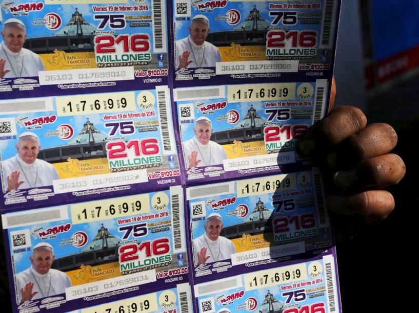 Vendedor de rua com edição especial da loteria, na Cidade do México, devido a visita do Papa Francisco em Cuba, para a primeira reunião histórica entre ele e o líder da Igreja Ortodoxa Russa, Patriarca Kirill, nesta sexta (12)