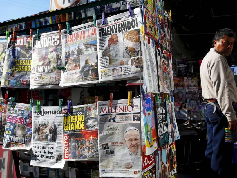 Banca de jornais, na Cidade do México, com a manchete da vinda do Papa Francisco em Cuba, para a primeira reunião entre os líderes das igrejas católica e ortodoxa em quase mil anos.