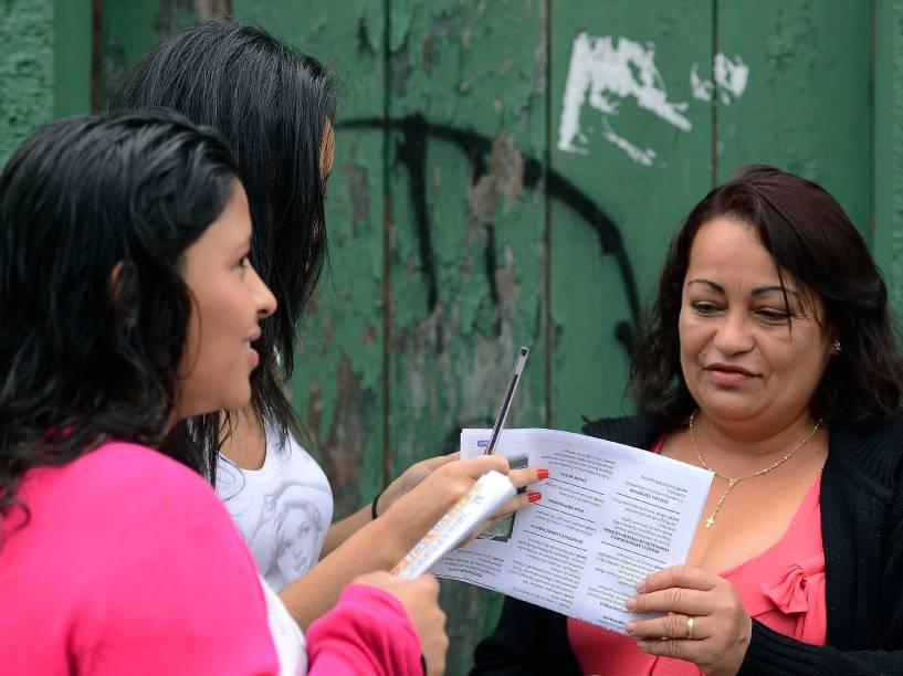 Candidatos aguardam em frente à universidade Estácio, em Interlagos, zona Sul de São Paulo antes do início das provas no primeiro dia do Enem 2014
